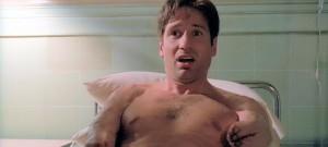 Ne vous fiez pas aux apparences. Le plus extraordinaire dans cette image, c'est que Scully fait du kung-fu.