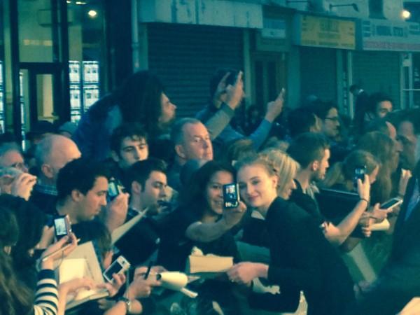 Sophie Turner (Ansa Stark), très disponible pour les fans. Photo Kasilla