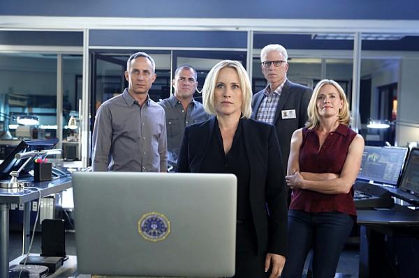 L'équipe des Experts avec l'héroïne de CSI : Cyber. Photo Monty Brinton/CBS