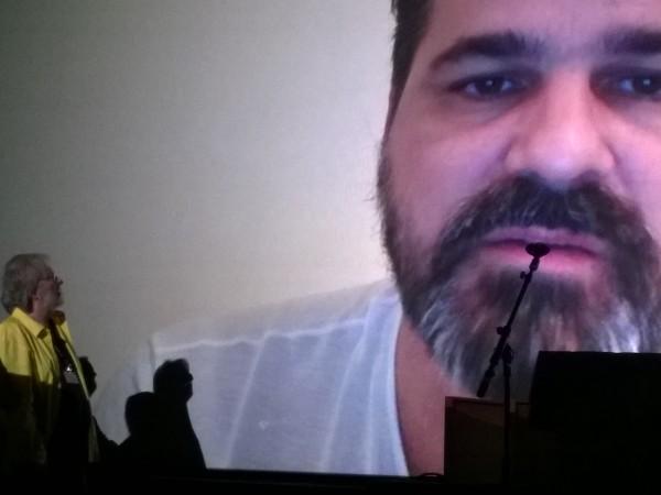 Présent par Skype lors de la cérémonie de clôture, le réalisateur Kornél Mundruczó remercie Tobe Hooper et son K-way jaune.