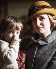 Edith et sa fille trop grande pour être crédible.