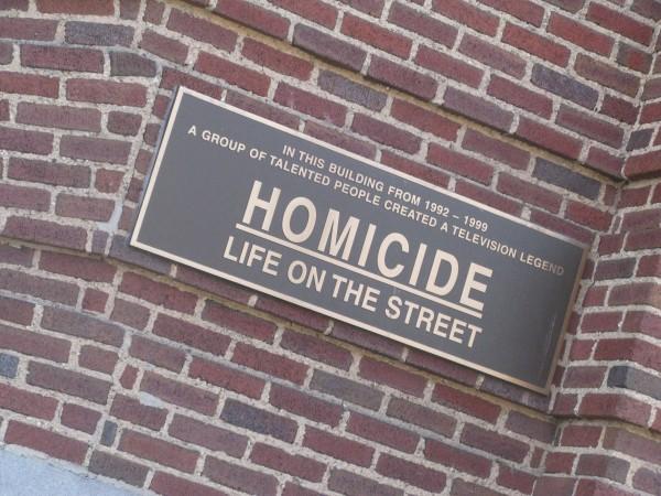 A Baltimore, le bâtiment dans lequel étaient tournées les scènes censées se dérouler à la brigade criminelle est orné d'une plaque. Photo NR