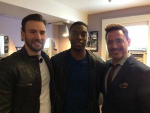 Chad Bosewick, futur Black Panther et nouvelle star de l'écurie Marvel, encadré par deux bonnes robustes bonnes fées : Chris Evans et Robert Downey Jr.