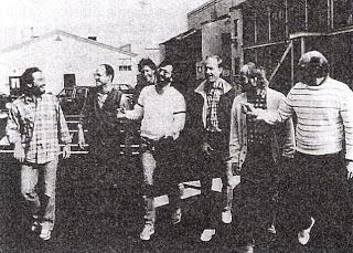 L'équipe de St Elsewhere : au centre avec une barbe, Tom Fontana.