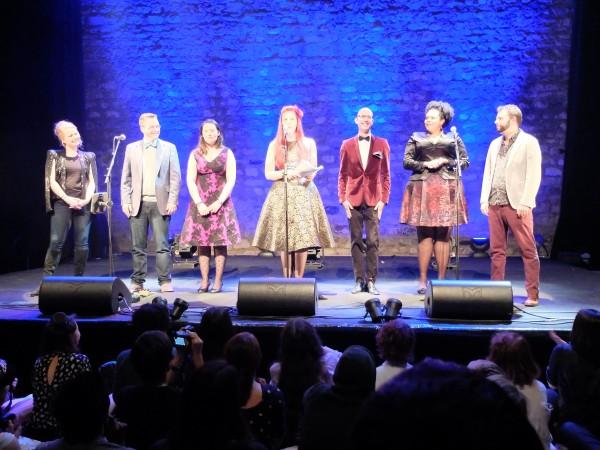 L'ensemble du cast, dont les deux créateurs du show, venu saluer sous les applaudissements.