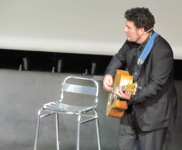 Arnaud Joyet à la guitare. Photo Daily Mars