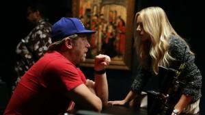"""Matthew Michael Carnahan donne des instructions à Kristen Bell sur le plateau de """"House Of Lies""""."""