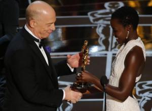 J.K. Simmons venu chercher son Oscar du meilleur second rôle masculin pour Whiplash, remis par l'actrice Lupita Nyong'o.