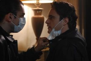 La petite frappe Bobby Green (Joaquin Phoenix), en mission pour le NYPD et en passe d'être démasqué par le très, très méchant dealer russe Vadim (Alex Veadov).