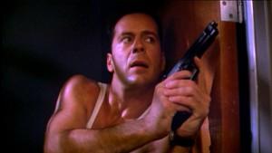 John McClane (Bruce Willis), son tricot de peau, sa bouche entr'ouverte...