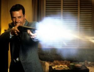Le lieutenant Ed Exley (Guy Pearce), dans de beaux draps après avoir fouiné là où il ne fallait pas. Géniale adaptation du roman d'Ellroy, superbe fusillade. J'ai dit.