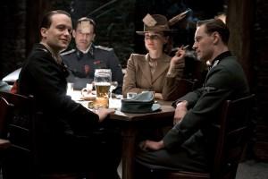 L'un de ces quatre convives va bientôt devoir dire adieu à ses nazi balls...