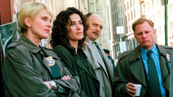 Jill Kirkendall (Andrea Thompson), Diane Russell (Kim Delaney), Sipowicz et Greg Medavoy (Gordon Clapp).