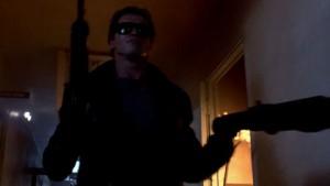 Le T-800 (Arnold Schwarzenegger) cherche Sarah Connor. Et il insiste.