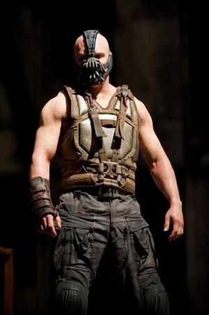 Mais il la portait déjà quand il jouait Bane dans The Dark Knight Rises. De la suite dans les idées...