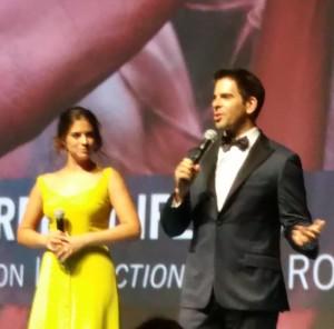 """Eli Roth et Lorenza Izzo sur scène à Deauville pour présenter le film hors compétition en """"séance de minuit""""."""