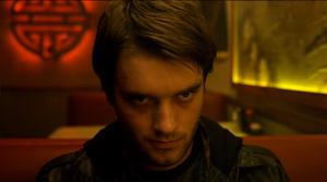 Chase Williamson joue le rôle de David Wong dans le livre tiré de John meurt à la fin.