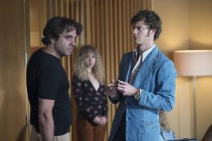 Finestra (Bobby Cannavale) en plein trip table rase, face au pauvre Clark Morelle. A l'arrière plan : l'assistante Jamie Vine (Juno Temple) va avancer ses pions. (crédit : HBO).