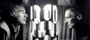Brion Gysin et WIlliam S. Burroughs entourent leur Dreamachine.