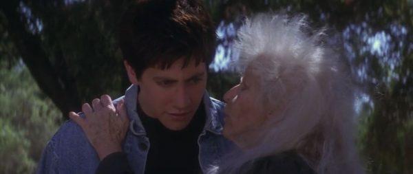 10 vieille femme murmure oreille DD