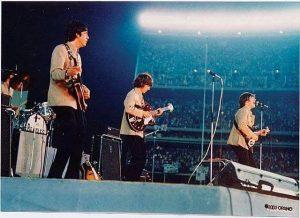 Notez le regard de McCartney vers Lennon pour s'y retrouver faute de pouvoir s'entendre...